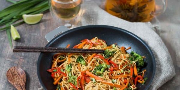 Les nouilles sautées aux légumes et curry Khla